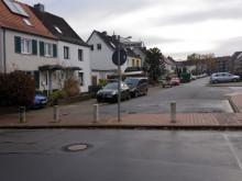 Das Foto zeigt die Bordsteinkante, die bei der Straßenquerung zu überbrücken ist